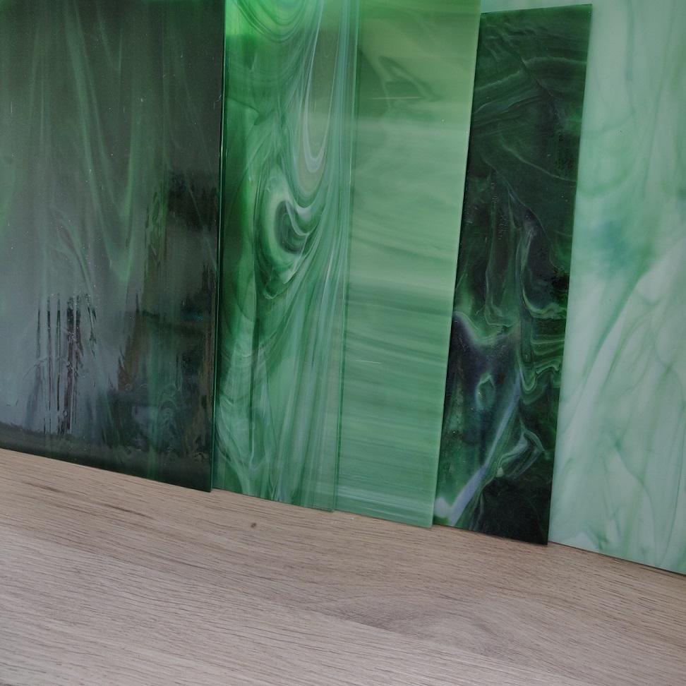blog décoration Mon Meublé grande feuilles de verre de couleure verte aspect bois dans l'atelier de l'artiste verrier mosaïste Myriam Hubert blog décoration