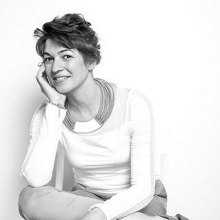 Portrait de l'artiste verrier mosaïste Myriam Hubert sur le blog décoration Mon Meublé blog décoration Myriam Hubert